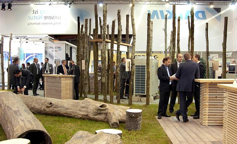 Beursconcept Daikin op Chillventa met boomstammen als standmeubilair