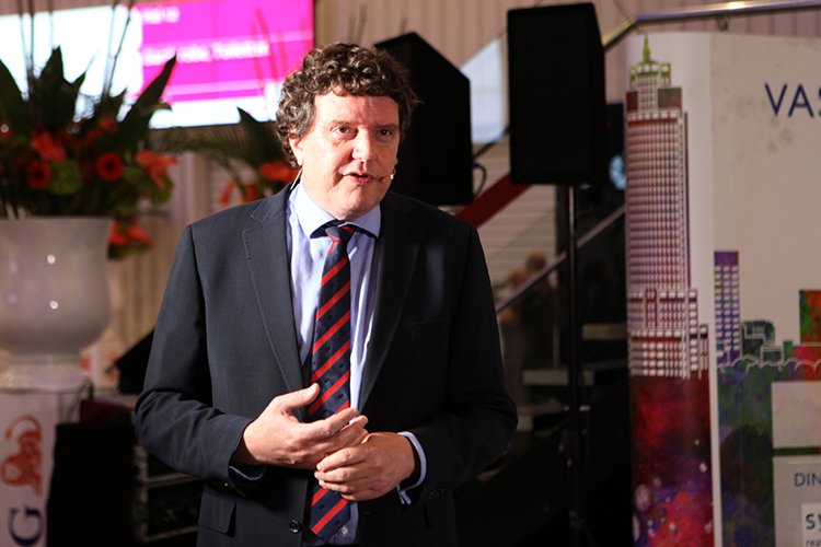 Vastgoedmarkt-hoofdredacteur Johannes van Bentum als talkshowhost tijdens Provada 2017