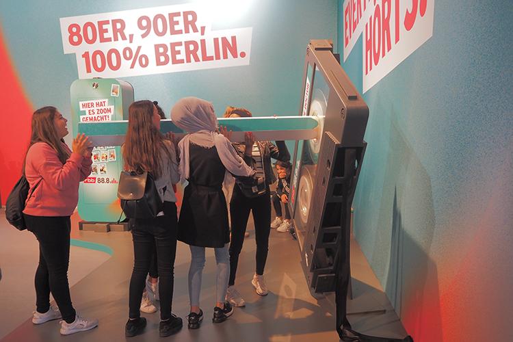 Een reuzecassettebandje terugdraaien op de stand van RBB 88.8 op IFA Berlin
