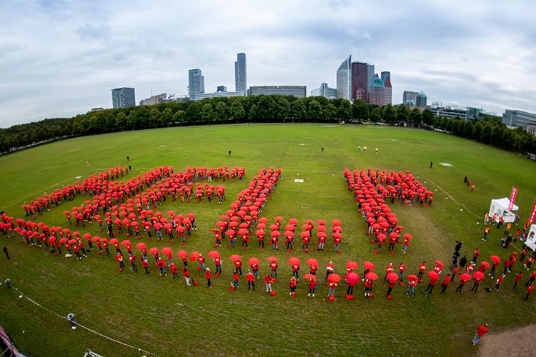 De deelnemers aan de Code Rood actie vormden het woord HELP op het Malieveld in Den Haag (foto: Nico Alsemgeest)