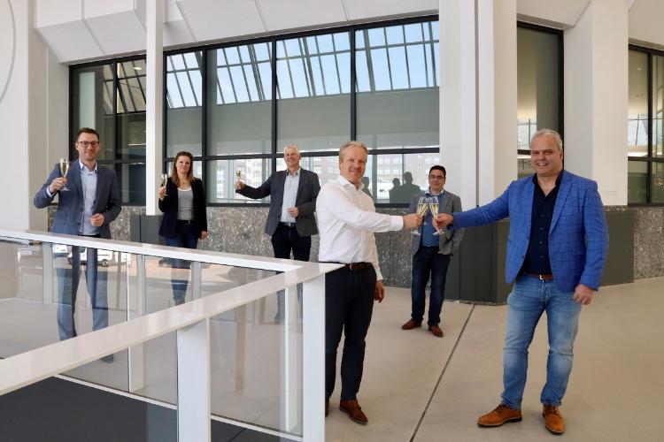 Rob van de Wiel en Richard Kluijtmans klinken op de overeenkomst