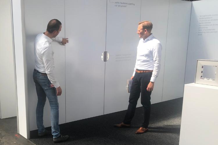 Daan Dekker, Product Manager Design & Build bij de RAI, en Director Clients Bart van der Heijden nemen één van de proefstands onder de loep