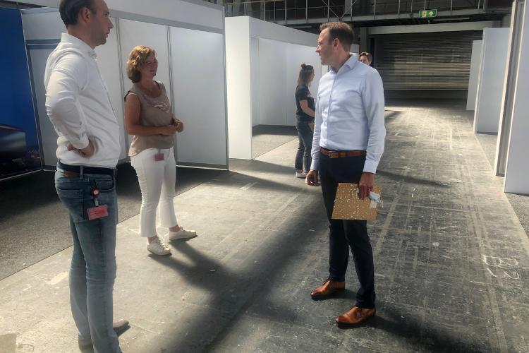 RAI-medewerkers Daan Dekker, Monique Slinger en Bart van der Heijden beoordelen de proefstands